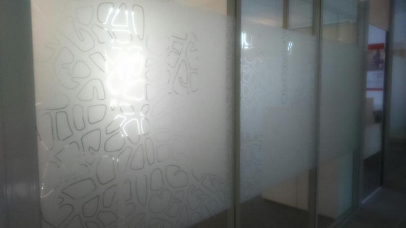 Décors en verre dépoli, une réalisation Dynamik Publicité